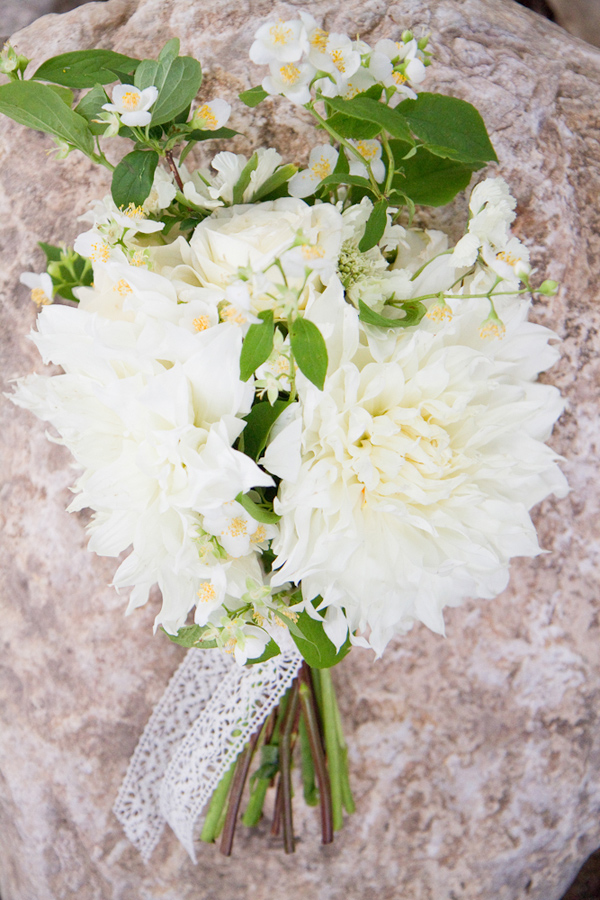 dinnerplate-dahlias-wedding-bouquet-04